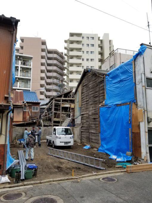 画像:I様邸 解体後の隣家の雨養生、外壁補修前の写真