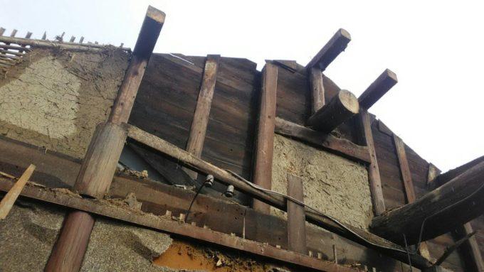 画像:I様邸の解体工事中の隣家との境の写真