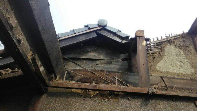 画像:I様邸 隣家の屋根の写真