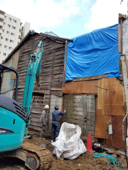 画像:I様邸 解体中、重機と打合せ中の写真