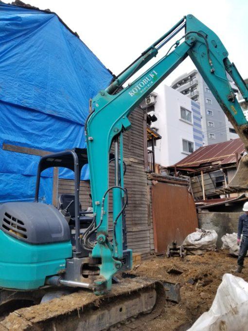 画像:I様邸 解体工事中、重機と隣家の雨養生中の写真