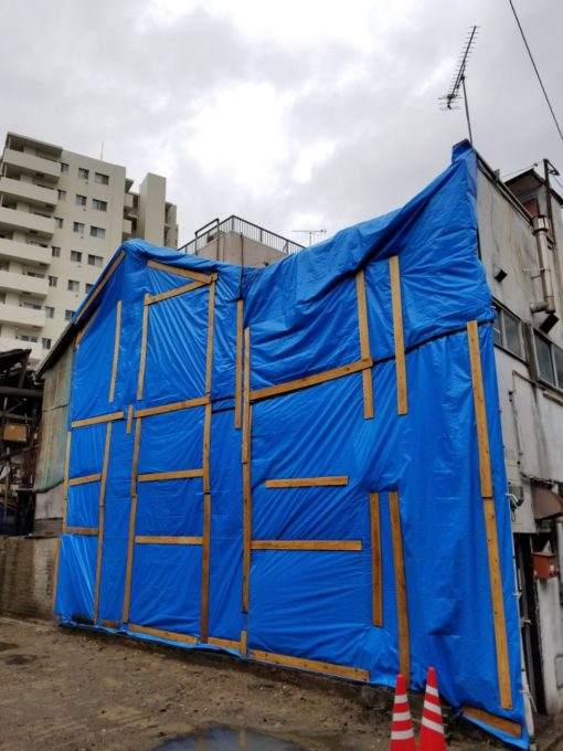 画像:I様邸 隣の空き家の雨養生後の写真