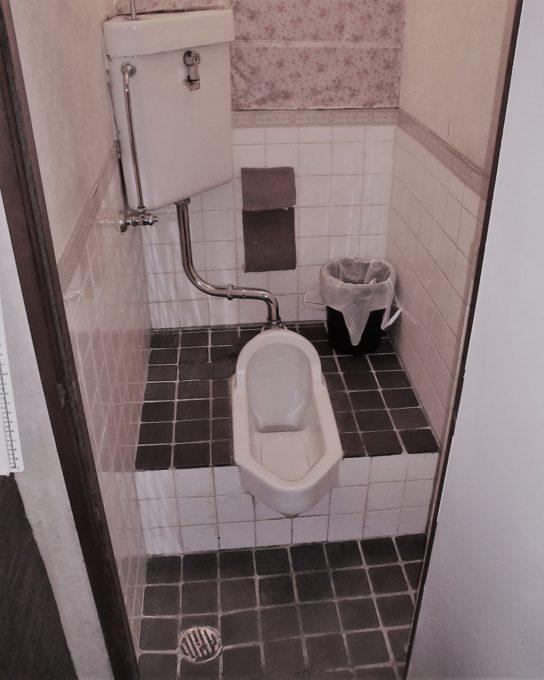 画像:A様 施工前の段付き和式トイレの写真