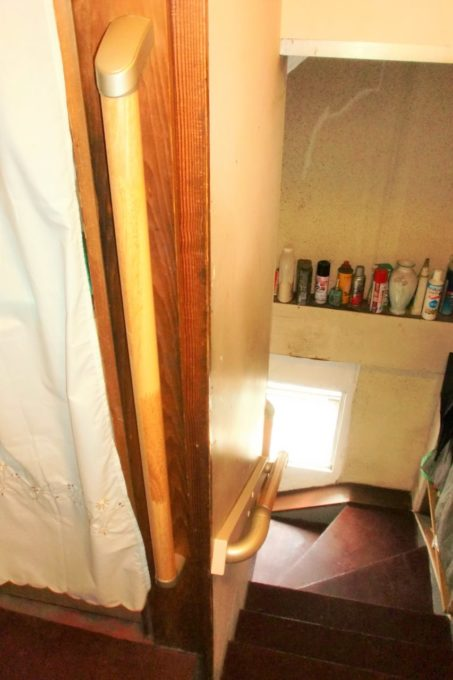 画像:階段手摺改装後のA様邸の写真