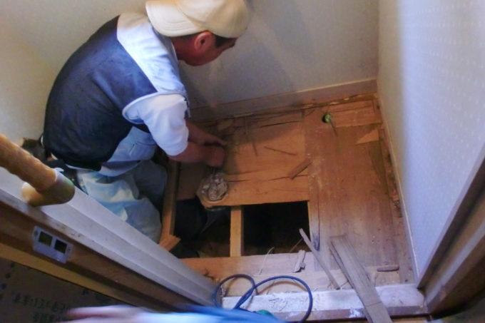 画像:O様邸 トイレ床、解体中の写真