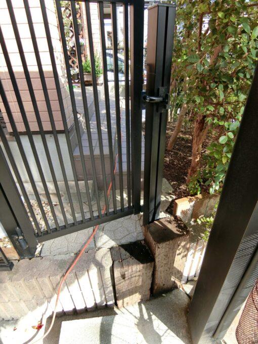 画像:M様邸 駐車場側からの入口の施工前の写真